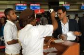 Imagen con una persona siendo escaneada en un aeropuerto