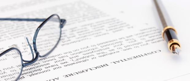 Fotografía de unas gafas sobre libro