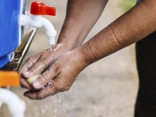 Foto de Una enfermera americana se lava las manos después de tratar a un enfermo de Ébola
