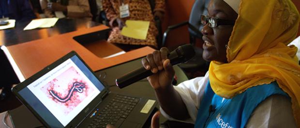 Imagen de una persona hablando sobre el virus del ébola. Foto: ONU